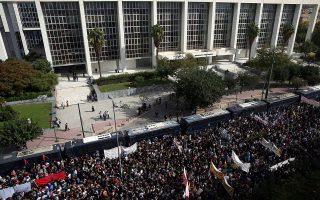 Κόσμος  συγκεντρώνεται έξω από το Εφετείο Αθηνών όπου αναμένεται η απόφαση για τη δίκη της Χρυσής Αυγής, Αθήνα, Τετάρτη 07 Οκτωβρίου 2020. Μετά από πεντέμισι χρόνια δικαστικής διαδικασίας, στις 20 Απριλίου 2015, αναμένεται σήμερα στις 11 το πρωί  η απόφαση για τους 68 κατηγορούμενους .  ΑΠΕ-ΜΠΕ/ΑΠΕ-ΜΠΕ/ ΟΡΕΣΤΗΣ ΠΑΝΑΓΙΩΤΟΥ