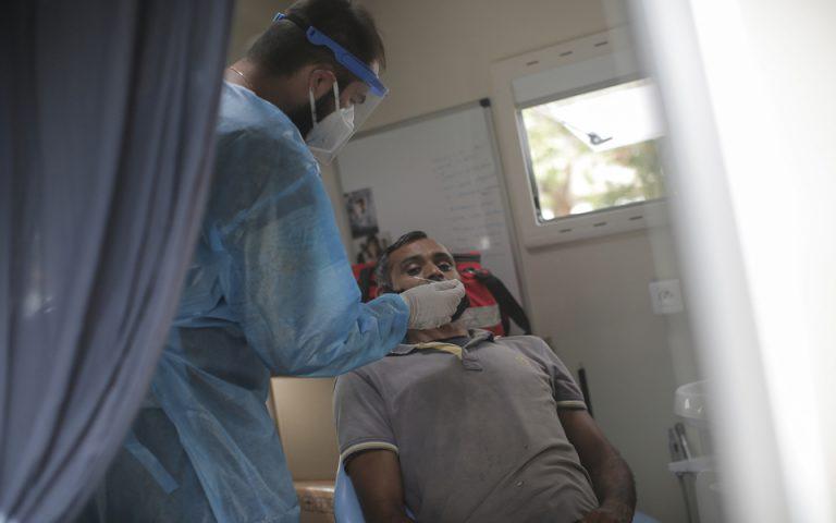 Ιατρικό προσωπικό του  ΕΟΔΥ πραγματοποιεί ελέγχους σε ποίτες για τον ιό covid-19 σε κινητό συνεργείο ελέγχου λοιμώξεων του οργανισμού στην πλατεία Κουμουνδούρου, Αθήνα, Δευτέρα 28 Σεπτεμβρίου 2020.  ΑΠΕ-ΜΠΕ/ΑΠΕ-ΜΠΕ/ΚΩΣΤΑΣ ΤΣΙΡΩΝΗΣ