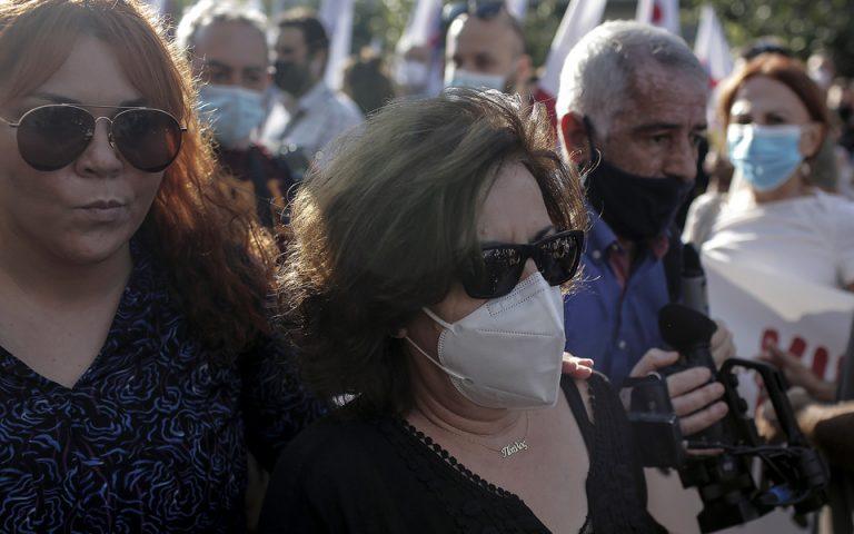 Η Μάγδα Φύσσα μητέρα του δολοφονημένου από την Χρυσή Αυγή Παύλου Φύσσα, και η αδερφή του Ειρήνη Φύσσα προσέρχονται  στο εφετείο, Αθήνα, Δευτέρα 12 Οκτωβρίου 2020.   ΑΠΕ-ΜΠΕ/ΑΠΕ-ΜΠΕ/ΚΩΣΤΑΣ ΤΣΙΡΩΝΗΣ