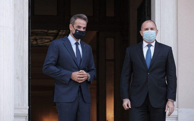 (Ξένη Δημοσίευση) Ο πρωθυπουργός Κυριάκος Μητσοτάκης υποδέχεται τον Πρόεδρο της Δημοκρατίας της Βουλγαρίας Rumen Radev στη συνάντησή τους στο Μέγαρο Μαξίμου, Αθήνα Τετάρτη 14 Οκτωβρίου 2020.  ΑΠΕ-ΜΠΕ/ΓΡΑΦΕΙΟ ΤΥΠΟΥ ΠΡΩΘΥΠΟΥΡΓΟΥ/ΔΗΜΗΤΡΗΣ ΠΑΠΑΜΗΤΣΟΣ