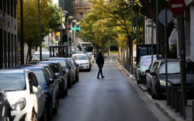 Ένας άνθρωπος διασχίζει την άδεια, από κόσμο, οδό Μητροπόλεως, λόγω των μέτρων για τον περιορισμό διάδοσης του κορονοϊού,  Τρίτη 24 Νοεμβρίου 2020. ΑΠΕ-ΜΠΕ/ΑΠΕ-ΜΠΕ/Αλέξανδρος Μπελτές
