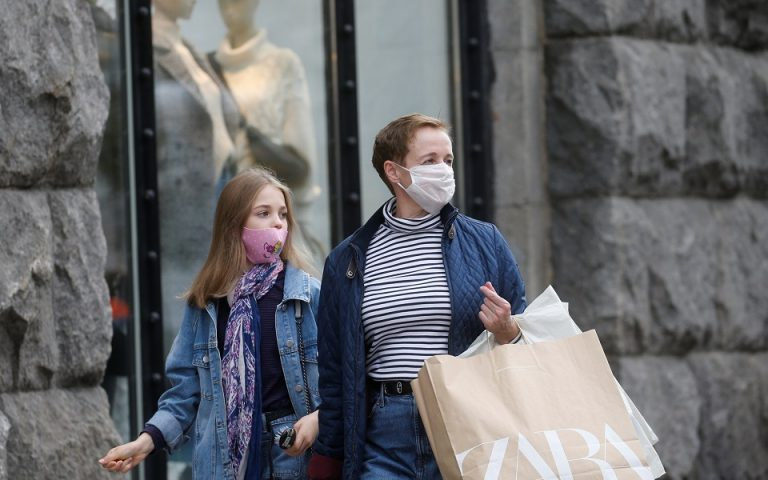 Women wearing protective face masks walk along a street amid the outbreak of the coronavirus disease (COVID-19) in Kyiv, Ukraine October 22, 2020. REUTERS/Valentyn Ogirenko