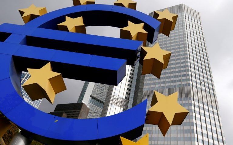 FILE PHOTO: A euro logo sculpture stands in Frankfurt, Germany, October 26, 2014.  REUTERS/Ralph Orlowski/File Photo