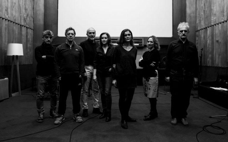 Ο σκηνοθέτης και το cast της παράστασης
