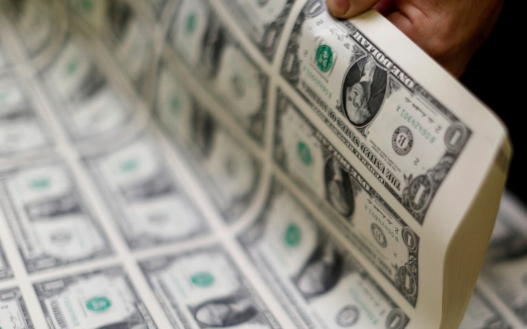 FILE PHOTO: United States one dollar bills are curled and inspected during production at the Bureau of Engraving and Printing in Washington November 14, 2014.   REUTERS/Gary Cameron/File Photo/File Photo