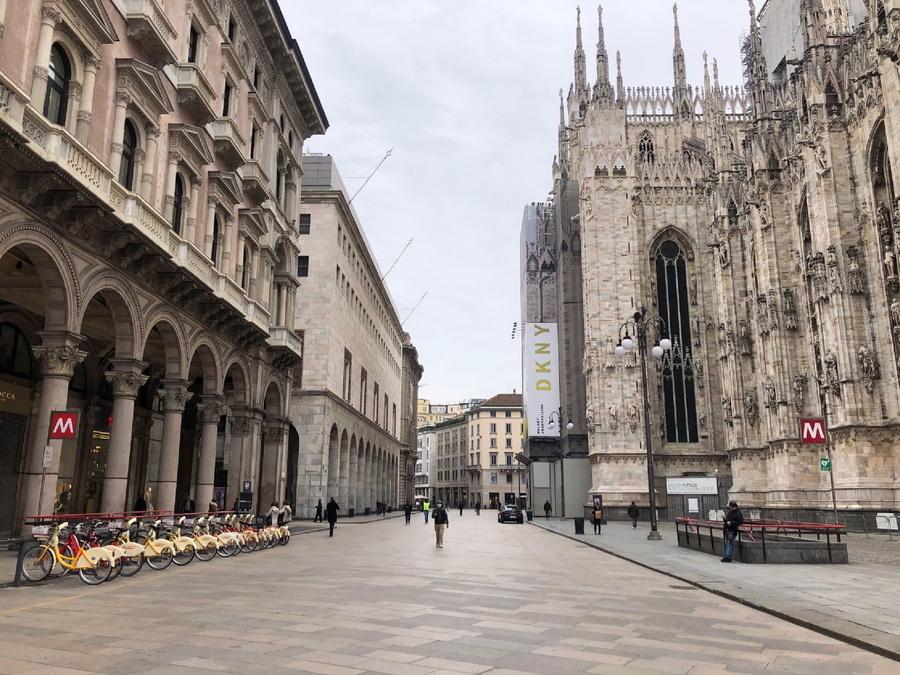 Το ημερολόγιο δείχνει 9 Μαρτίου και η κεντρική πλατεία του Μιλάνου, του οικονομικού κέντρου της Ιταλίας, έχει ερημώσει. Ήταν η πρώτη ημέρα επιβολής lockdown στην περιφέρεια της Λομβαρδίας. EPA/GIULIA COSTETTI
