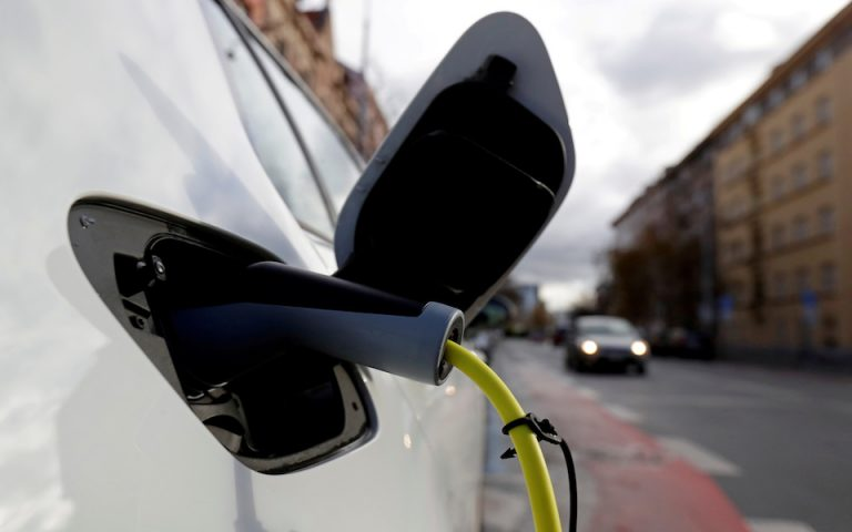 FILE PHOTO: FILE PHOTO: An electric car is charged by a mobile charging station on a street in Prague, Czech Republic, December 4, 2018. Picture taken December 4, 2018.  REUTERS/David W Cerny/File Photo/File Photo