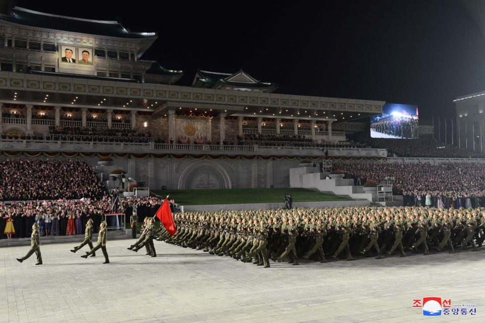 v-korea-fiesta-gia-ta-73-chronia-choris-pyrayloys-alla-me-portokali-stoles0