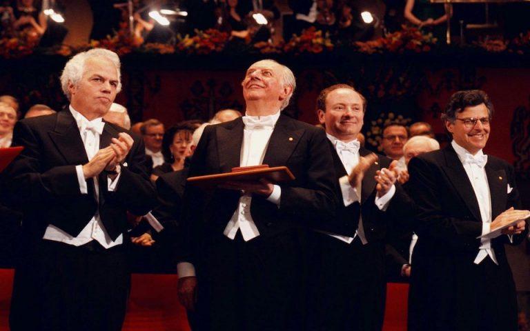 Οι Merton και Scholes (δεξιά) την ημέρα της βράβευσής του στο Concert Hall της Στοκχόλμης. Δίπλα τους ο Ντάριο Φο, που την ίδια χρονιά τιμήθηκε με το Νόμπελ Λογοτεχνίας.